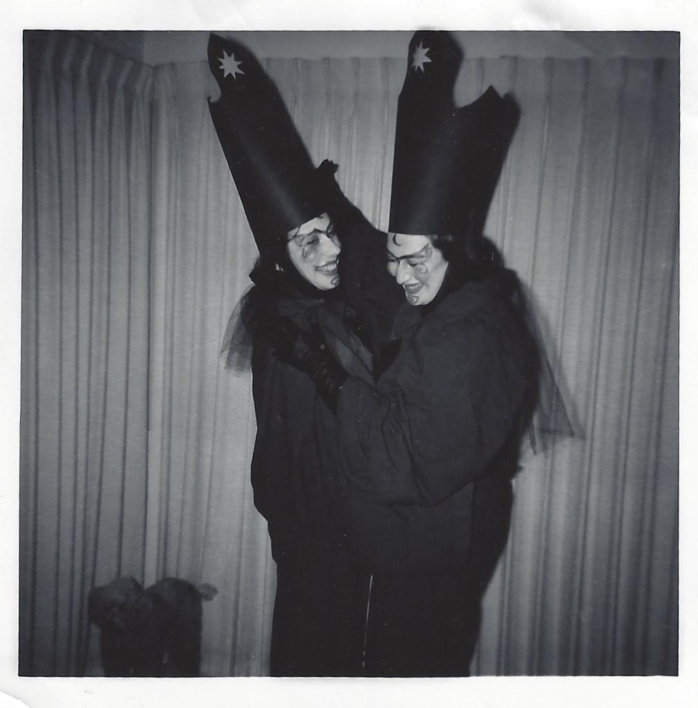Sisters Saggitarius, Norine Dresser and Janice Garey, 1950s. © Norine Dresser photo collection, 2016